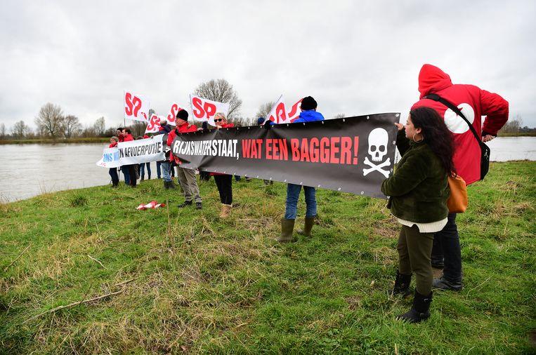 Actievoerders van de SP Alphen protesteerden maandag 3 maart tegen de granulietstort in Over de Maas.  Beeld Marcel van den Bergh / de Volkskrant