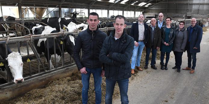 Bas en Ton van Creij gaan de boerderij aan de 2e Stichting in Landhorst overnemen. Op de achtergrond wethouder Wouter Bollen, vader Harrie van Creij, Anton Nabuurs, Truus van Creij, Helma Nabuurs en bedrijvenmakelaar Eric Verbruggen.
