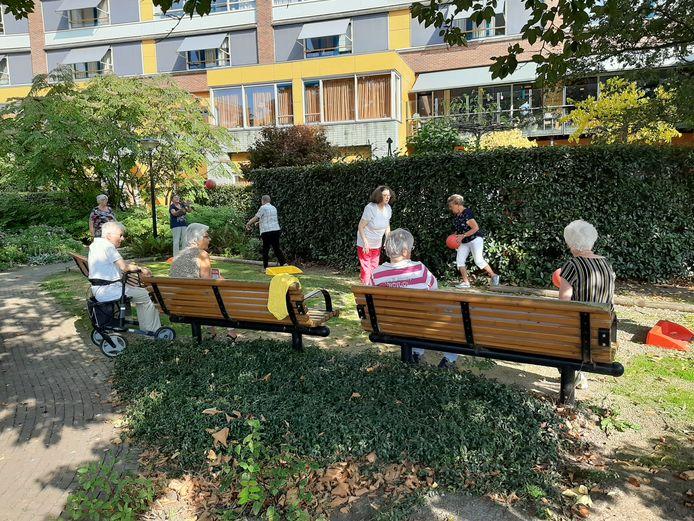 Senioren spelen een potje stoepranden bij Hof van Batenstein in Vianen.