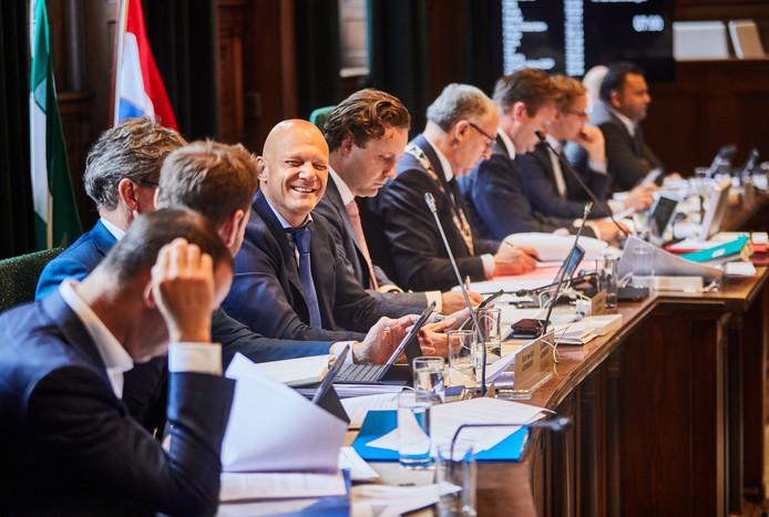 Wethouder Bert Wijbenga (VVD) heeft pret tijdens de behandeling van de voorjaarsnota in de Rotterdamse gemeenteraad.