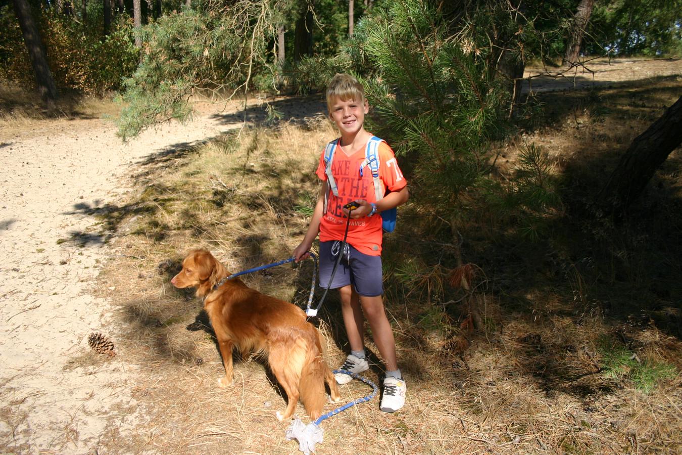 Luuk is jarig en mag daarom voorop lopen met hond Olly en de GPS.