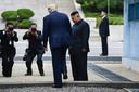 De Amerikaanse president Donald Trump steekt de grens over naar Noord-Korea om kort met de Noord-Koreaanse leider Kim Jong-un te spreken.