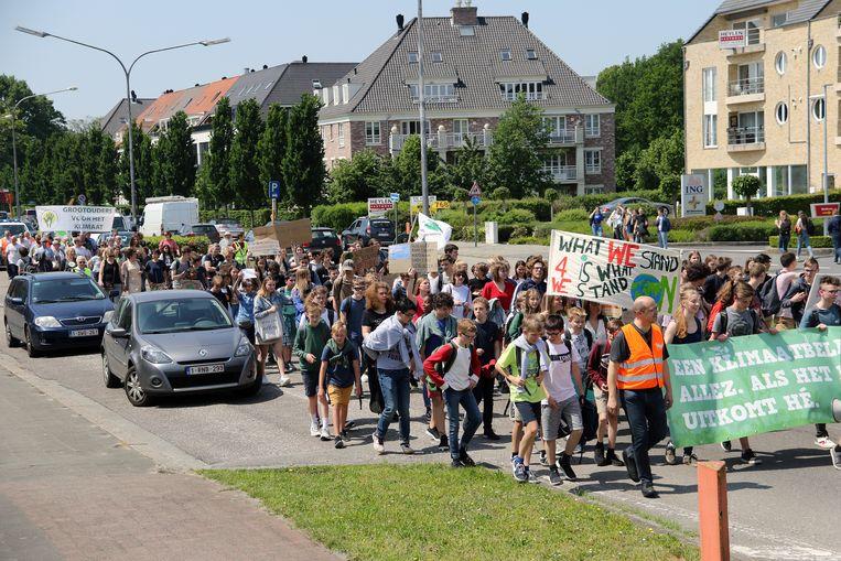 Zo'n 200 jongeren tekenden present op de klimaatmars.