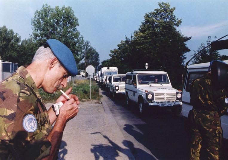 Overste Thom Karremans steekt een sigaret op terwijl Dutchbat Zagreb binnen trekt in juli 1995. Beeld ANP