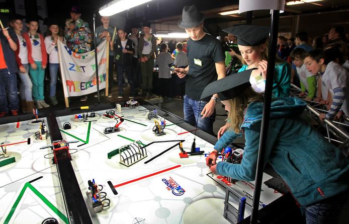 Team The MeentBrains van Waalrese school De Meent tijdens het onderdeel waarbij een robot allerlei moeilijke taken moet uitvoeren.