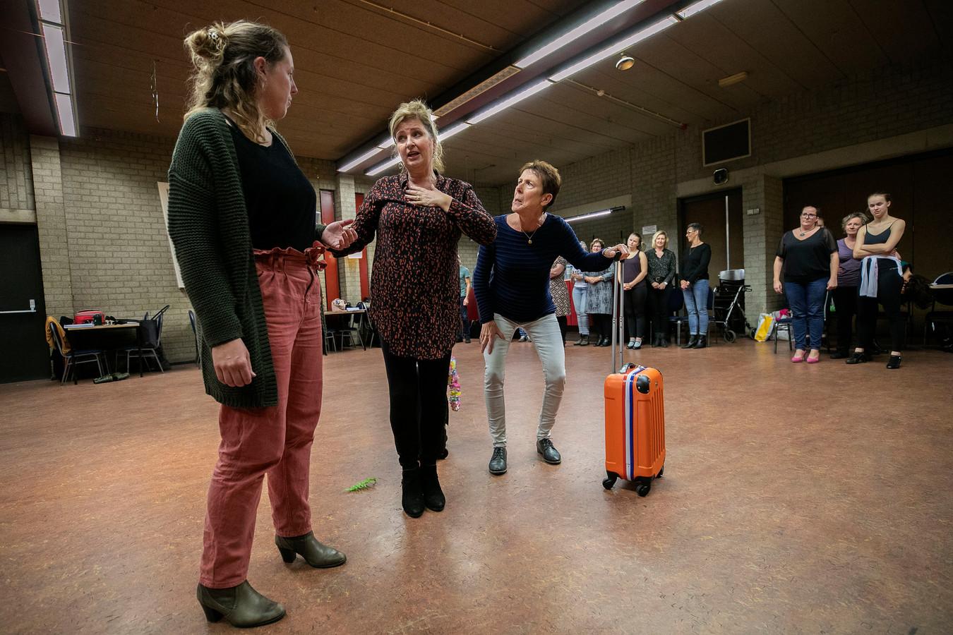 De Lichtstad Revue repeteert voor de nieuwe voorstelling 'Leef'.