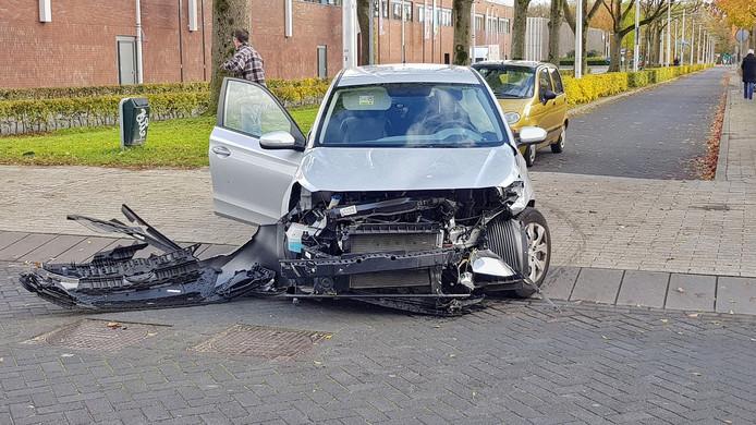 Een zwaar beschadigde auto op de Fatimastraat na een aanrijding op 13 november van dit jaar.