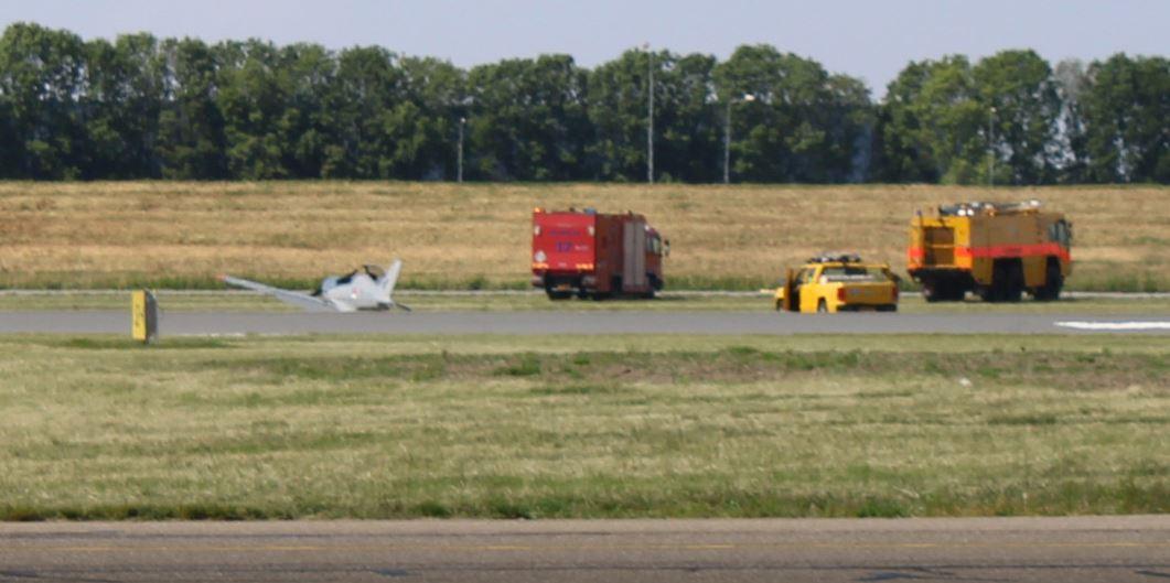 De Blackshape na de noodlanding op de luchthaven van Lelystad, dinsdagmiddag.
