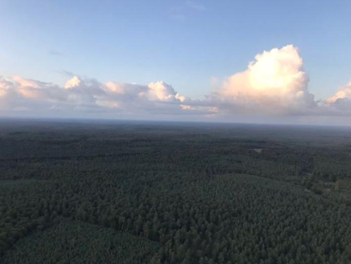 De Veluwe vanuit de lucht, met prachtige wolkenluchten. De bemanning van de politiehelikopter vond het beeld 'te mooi om niet te delen.'