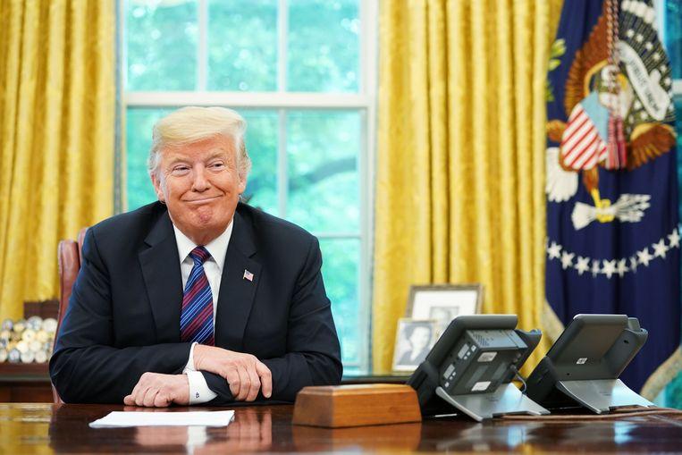 De Amerikaanse president Donald Trump luistert op speaker naar zijn Mexicaanse collega Enrique Pena Nieto. Beide landen hebben volgens Trump een 'zeer goede deal' gesloten. Beeld AFP
