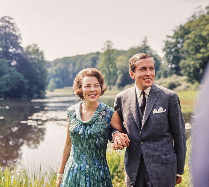 Na de aankondiging van de verloving van kroonprinses Beatrix met Claus von Amsberg (1956) maakt het paar een wandeling in de tuin van paleis Soesdijk