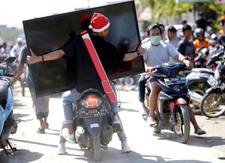 Deze man ging aan de hal met een groot televisiescherm.