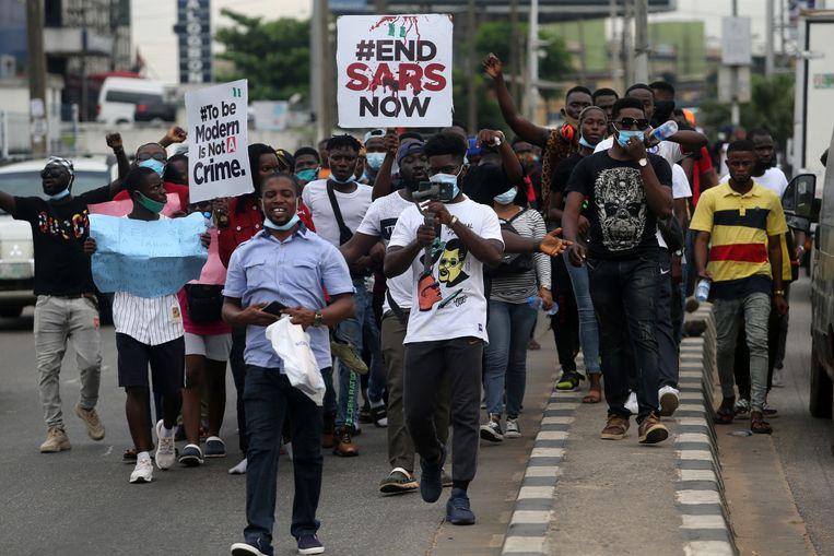 Nigerianen gaan de straat op in protest tegen geweld, misbruik, intimidatie en afpersing door de speciale anti-roofoverval-troepen van het land, de Special Anti-Robbery Squad (Sars).  Beeld EPA