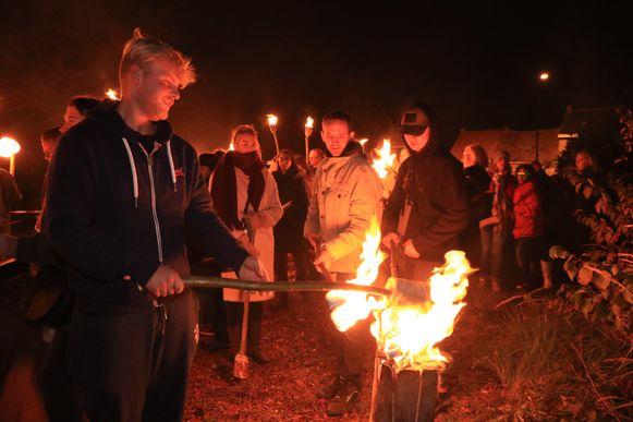 Zo'n 500 sympathisanten namen zaterdagavond deel aan een fakkeltocht Doel.
