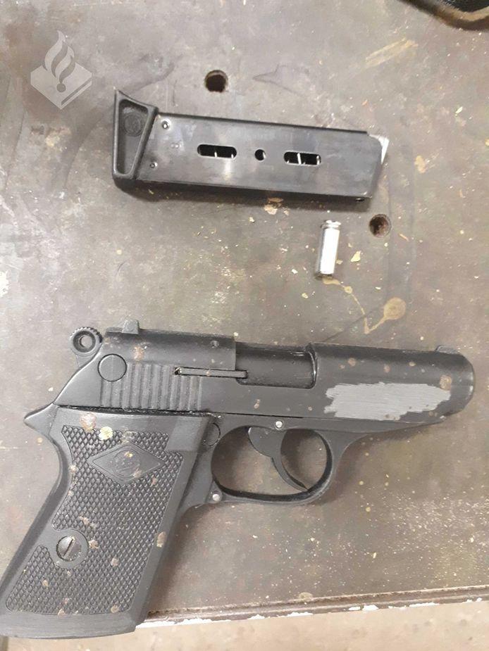 Bij de huiszoeking werden meer wapens aangetroffen.