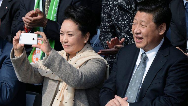 De Chinese president Xi Jinping (R) en zijn vrouw Peng Liyuan (L) kijken naar een voetbalwedstrijd in Berlijn. Beeld epa