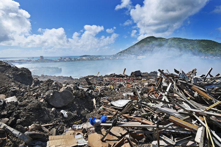 Rookwolken stijgen op vanaf 'de dump' in Philipsburg, december 2017. Door de orkaan Irma enkele maanden eerder kwam er veel puin bij. Beeld Guus Dubbelman/de Volkskrant