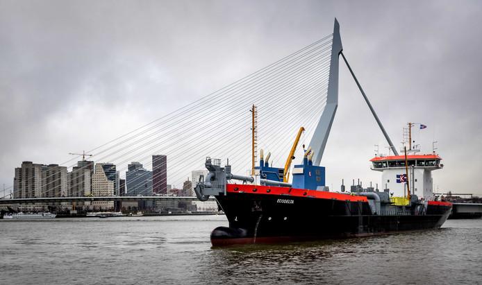 De Ecodelta, een hypermodern LNG-aangedreven baggerschip, gaat baggeren in de Rotterdamse haven.