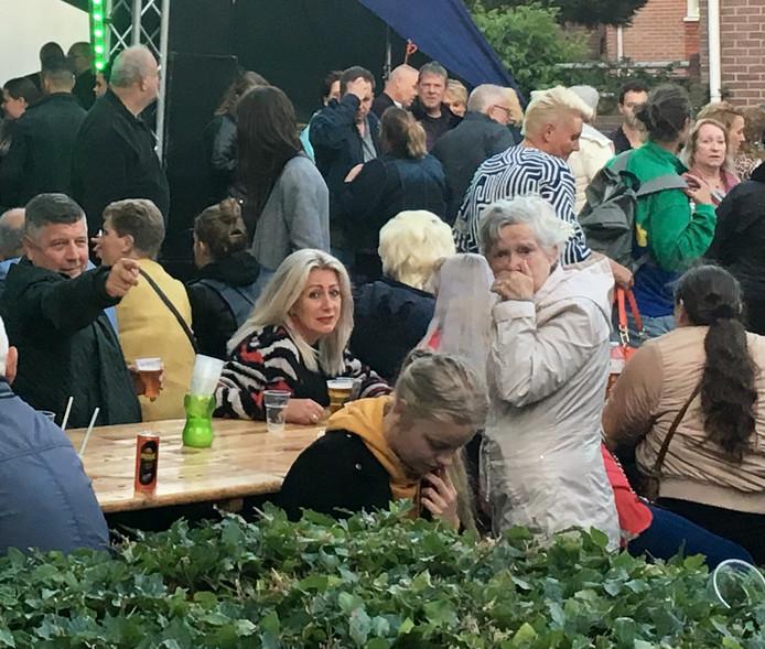 Gezellige drukte op de hoek van de Klarendalseweg en de Solostraat. Een lekker biertje en ondertussen luisteren naar een zanger van het levenslied.