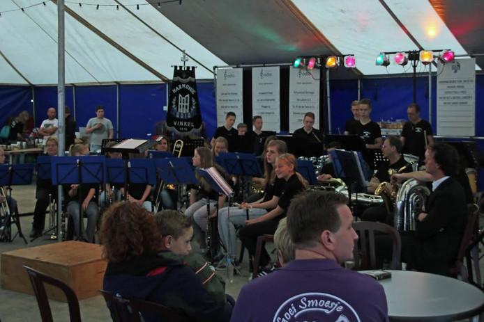 De slagwerkgroep van Odio speelt in de tent.