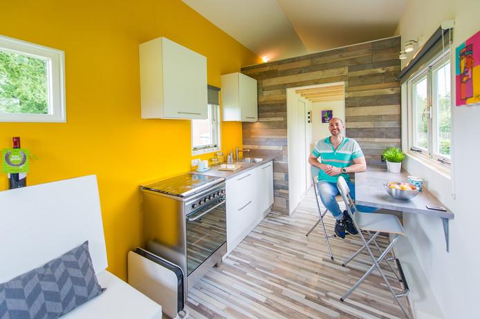 Remco Stadhouders in zijn zelfgemaakte tiny house in Breda.