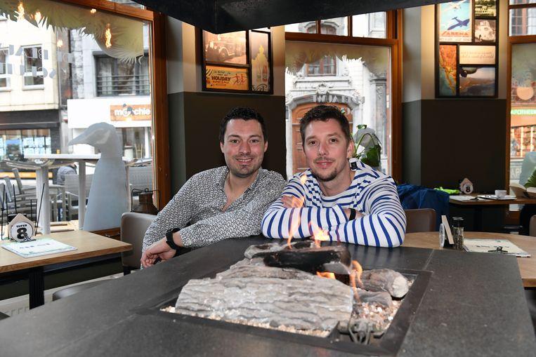 Uitbaters Sven Van Exterghem en Kevin Mackel in de nieuwe Blauwe Schuit.