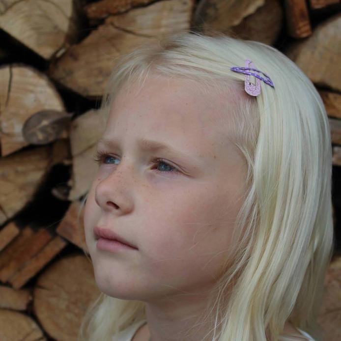 De initiatiefnemers vragen iedereen om op 7 november  roze en paars gekleurde haarspeldjes te dragen.