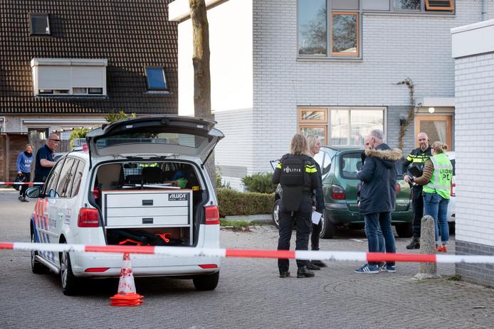Politie bij woning aan de Corrie Tendeloostraat na de schietpartij.