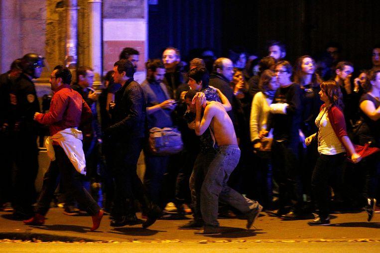 Concertbezoekers rennen in paniek weg van de Bataclan.  Beeld EPA