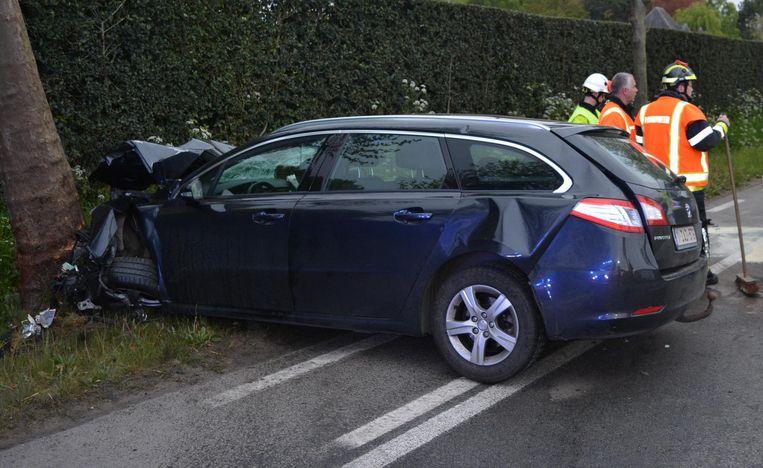De Peugeot crashte tegen een boom, net als een Ford- bestelwagen aan de overkant van de weg.