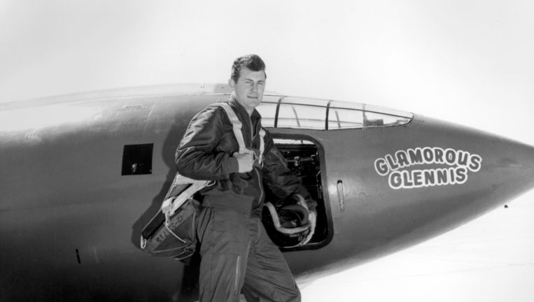 Chuck Yeager bij de Bell X-1 in 1947. Beeld null