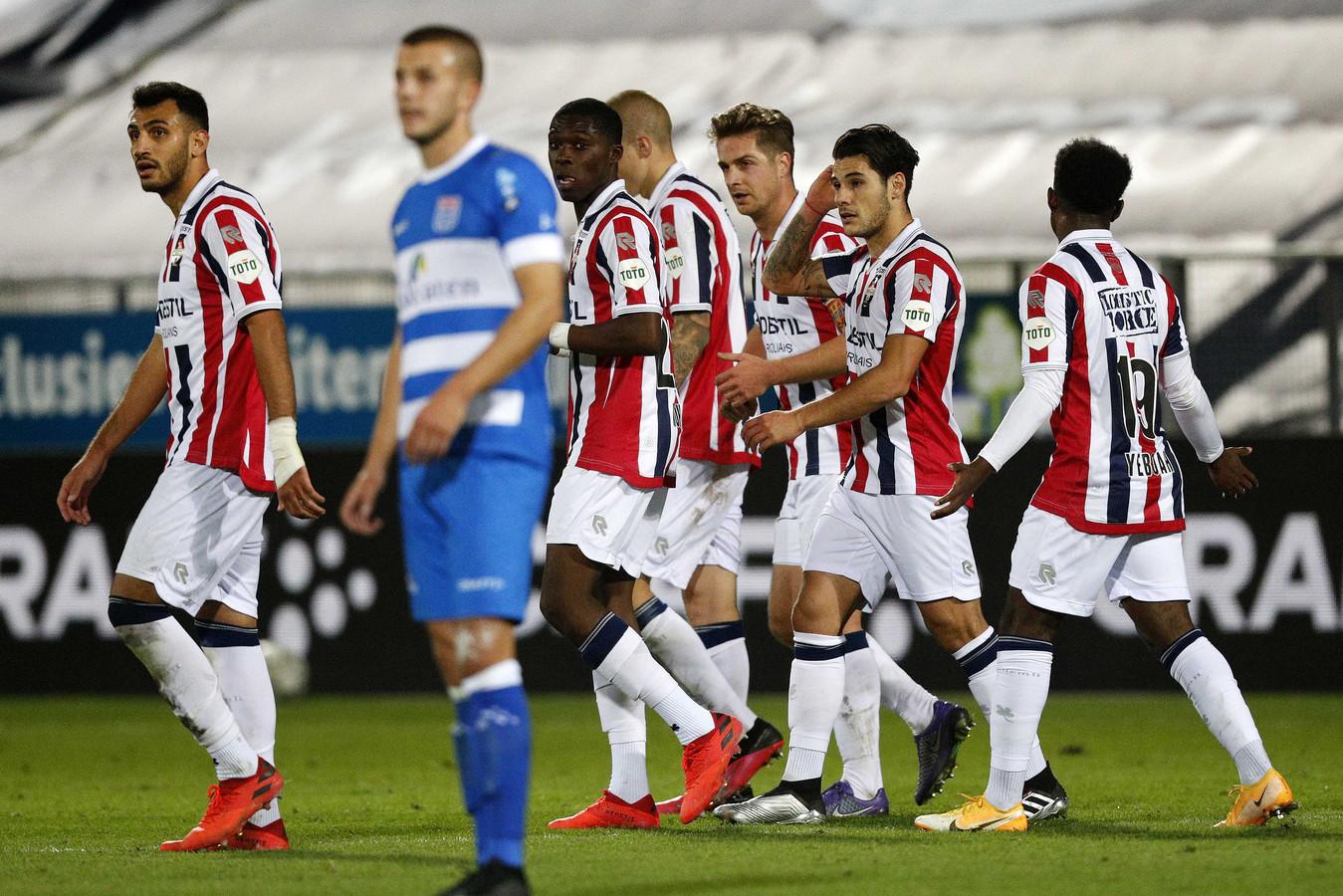 De spelers van Willem II wachten op de beslissing van de VAR tijdens de uitwedstrijd tegen PEC Zwolle.