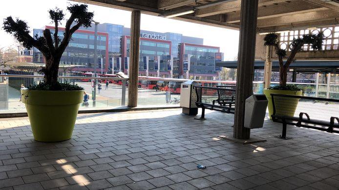 De plek op station Enschede waar de piano de afgelopen jaren stond. Sinds twee weken is de plek leeg: het bleek er te vochtig voor de stationspiano