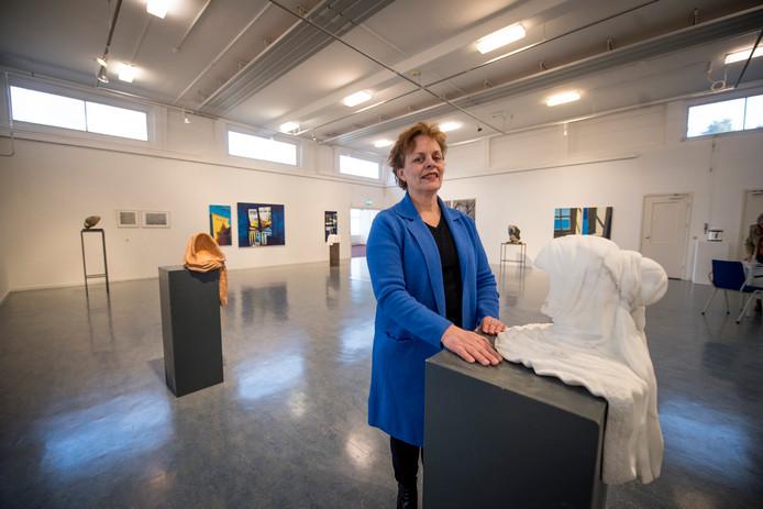Kunstenares Linda Biemans bezoekt haar eigen expositie/kunstwerken, na vernielingen van haar kunst vorig jaar