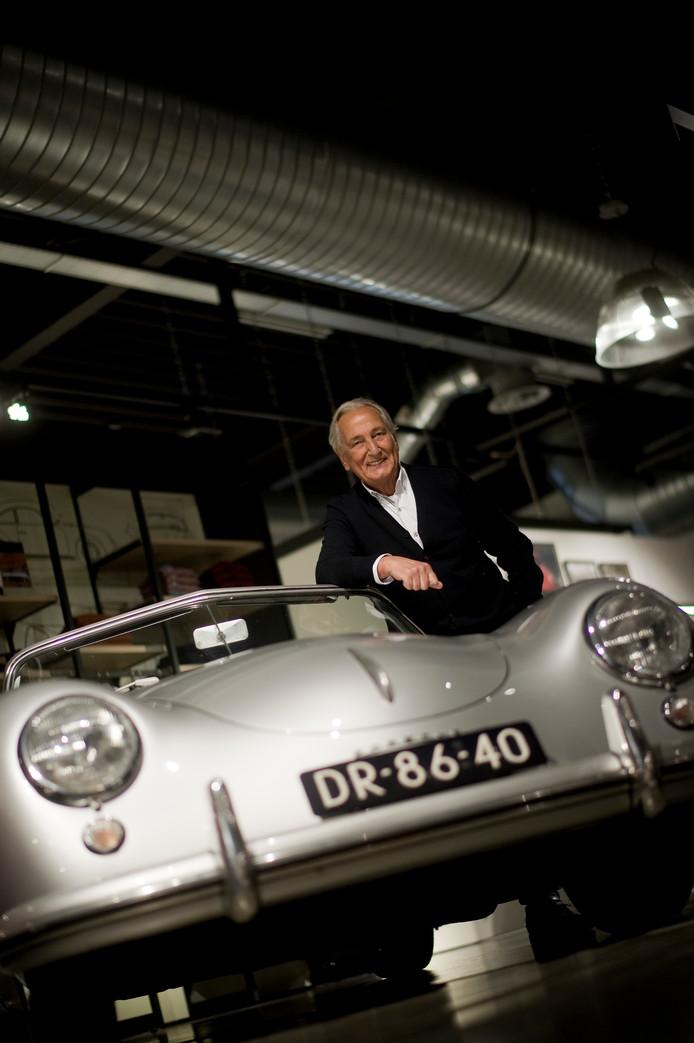 State of Art eigenaar Albert Westerman bij zijn Porsche.