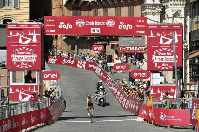 Annemiek van Vleuten komt als eerste aan in Siena.