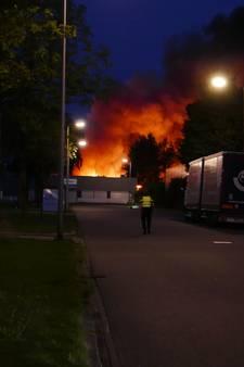Brand industrieterrein Deventer: 'houd ramen en deuren dicht'