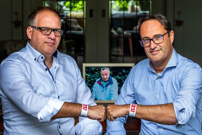 (Links) Burgerhulpverlener Luc Dietz (45) en Mischa Ros (47), zoon van het slachtoffer.