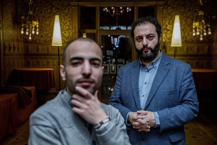 Onderzoeker Ugur Ungor (rechts) met Akram Alsaud. Ungor interviewt Syriërs zoals Alsaud over hun leven tijdens de oorlog. Beeld Jean-Pierre Jans