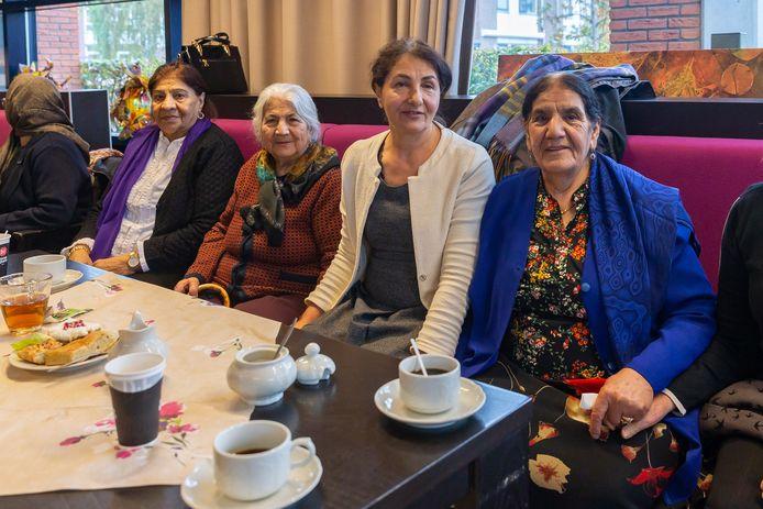 """Emine tussen de oudere Zwolse Turken. ,,Als ik hier niet zou zijn, zat ik alleen thuis"""", vertelt mevrouw Yilde (links met paarse sjaal)."""