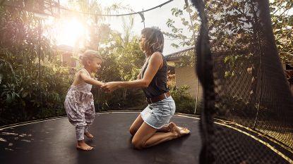 """""""Kan het nóg seksistischer?"""" Amazon raadt vrouwen aan om trampoline te laten installeren door mannen"""