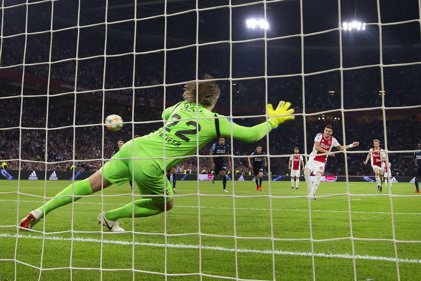 Dusan Tadic benut een strafschop tegen Vitesse. De Serviër schoot 11 keer raak vanaf elf meter.