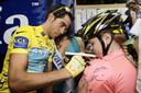 Alberto Contador zet in 2010 zijn handtekening op het shirt van een bewonderaar voor de start van de profronde van Stiphout.