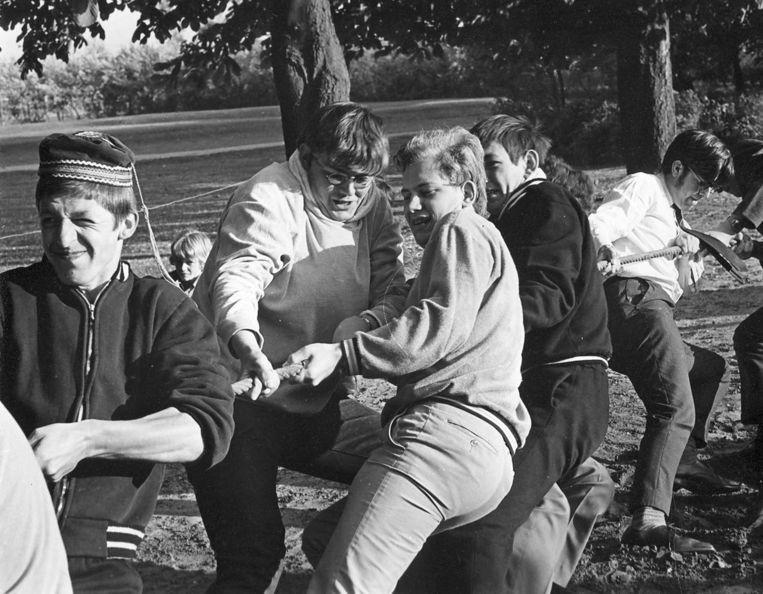 Van de Sande (derde van links) op een sportdag van het kleinseminarie, 1970. Beeld