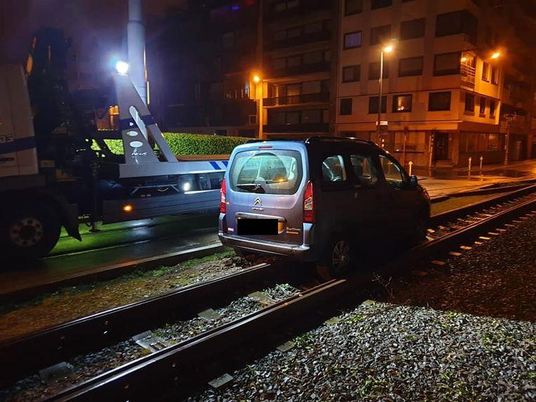 Takeldienst SOS Depannage uit Oostende haalt het voertuig weg van de sporen.