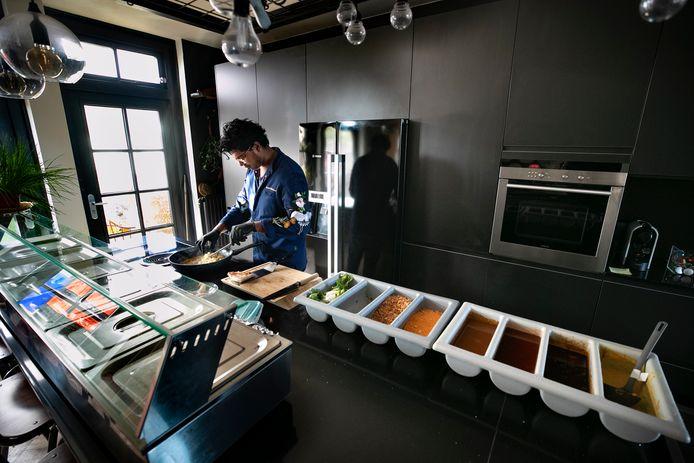 In de keuken van Ryan's Foodshop worden de bestellingen bereid.