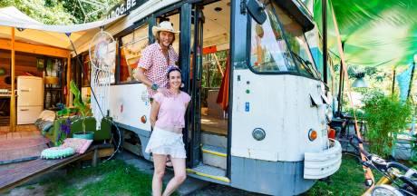 Zeistenaar Mark (44) kocht een tram en toverde 'm om tot vakantiehuis: zo zie dat eruit