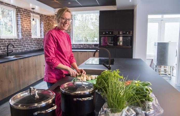 Marloes van Nistelrooij in haar kookstudio Koken met Marloes.