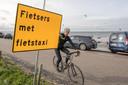 Wies de Blok uit Krabbendijke reed een rondje en kon volgens de borden niet over de Oesterdam. Van de fietstaxi was geen spoor te bekennen.