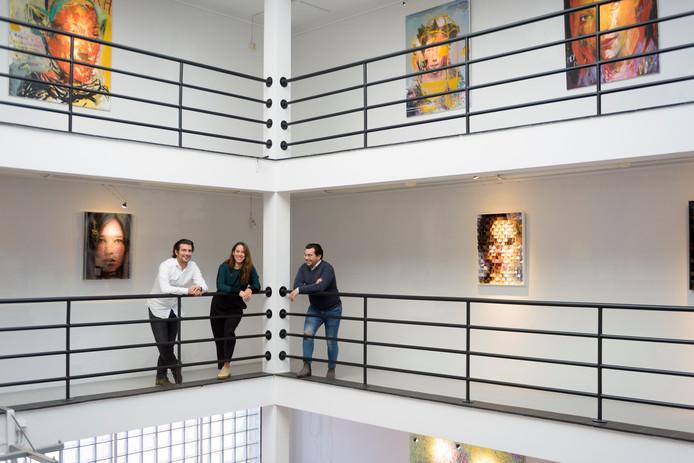 Roy Covalenco en initiatiefnemers van de galerij Eva van Moer en Sergio Hernandez (rechts) kort na de opening van Het Archief.